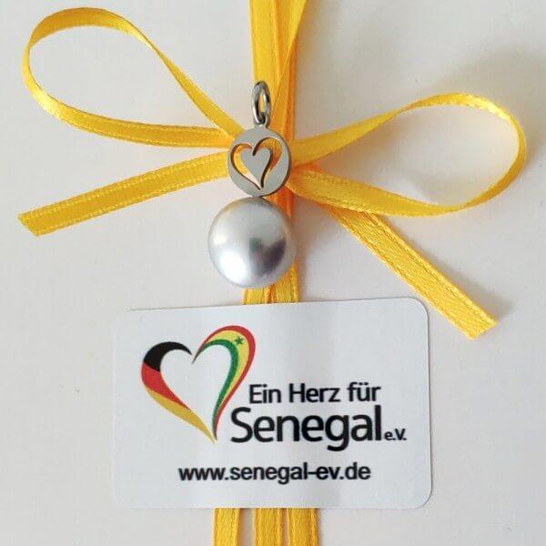 Anhänger, Süßwasserzuchtperle, grau, Ein Herz für Senegal